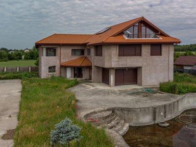 Vila cu piscina si 3700mp teren Izvorani